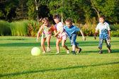 Barn med boll — Stockfoto