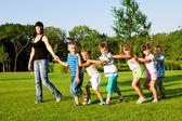 Nauczyciel z dziećmi — Zdjęcie stockowe