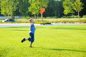Boy throwing frisbie — Stock Photo