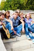 Adolescentes amigos sentados en las escaleras — Foto de Stock