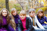Sonbaharda neşeli gençler — Stok fotoğraf