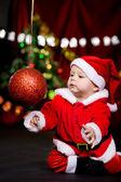 Санта помощник, играя с Елочный шар — Стоковое фото