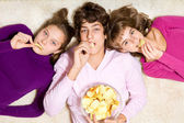 Friends eating crisps — Stock Photo
