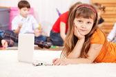 横にノート パソコンを持つ少女 — ストック写真