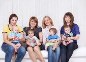 Quattro mamme con bambini piccoli — Foto Stock