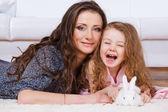 Niña, madre, conejo — Foto de Stock