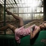 Sexy mladá žena ležící — Stock fotografie