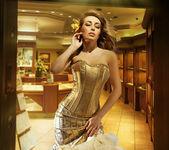 Söt blond dam bär gyllene klänning i en smycken butik — Stockfoto