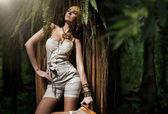 Bellezza donna nella foresta tropicale — Foto Stock