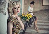 2 つの若い美しさのレトロなスタイルの写真 — ストック写真