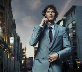 Elegant man posing on a city street — Stock Photo