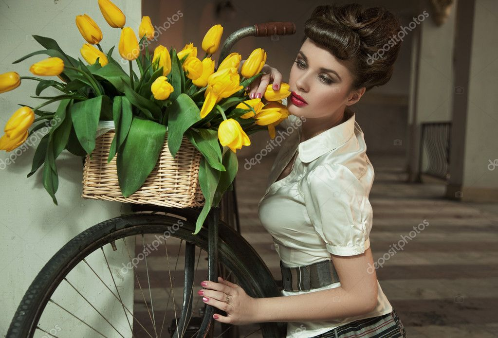 Beauty brunette with bunch of flowers — Zdjęcie stockowe #5489578