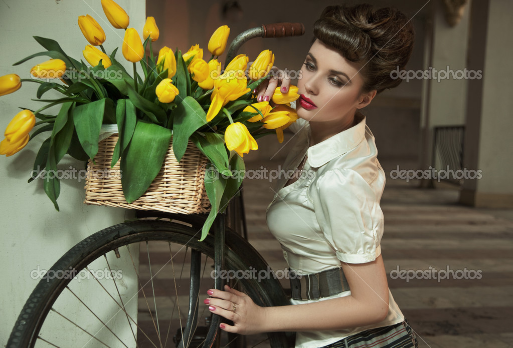 Beauty brunette with bunch of flowers — Stok fotoğraf #5489578