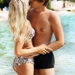 ロマンチックなカップルは、海辺にキス — ストック写真