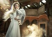 Söt blondin som en ängel — Stockfoto