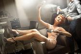 молодая женщина позирует в комнате парикмахер — Стоковое фото