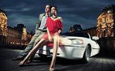 Fashionabla par kommer att festa — Stockfoto
