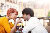 Linda pareja joven comiendo — Foto de Stock