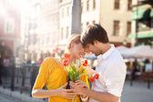 Hansome linda pareja en fecha — Foto de Stock