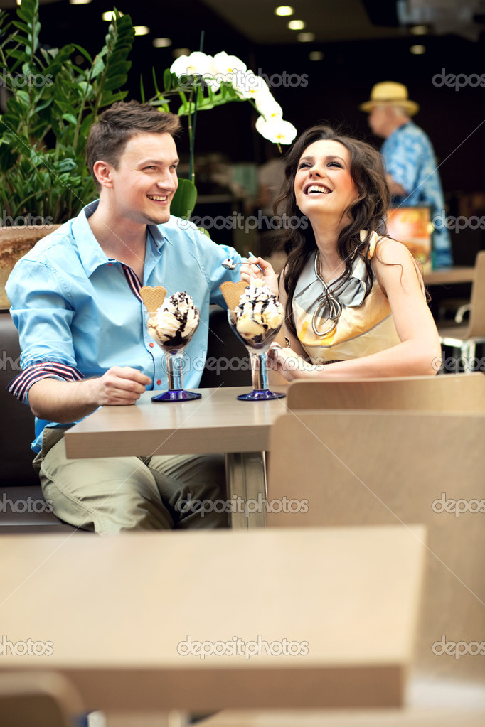 Smiling couple at the cafe — Stock Photo #5620644