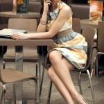 bella donna d'affari, parlando al telefono — Foto Stock