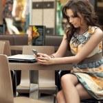 attraktiv kvinna väntar på någon vid restaurang bordet — Stockfoto
