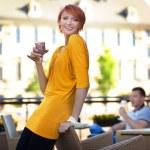 jovem casal no restaurante a sorrir — Foto Stock