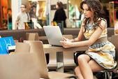 элегантный бизнес-леди работать с ноутбуком — Стоковое фото