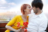 Unga glada leende attraktivt par tillsammans utomhus — Stockfoto