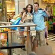 jeune couple beau s'amuser au centre commercial — Photo