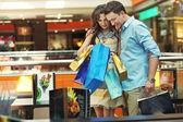 Giovane coppia in centro commerciale — Foto Stock
