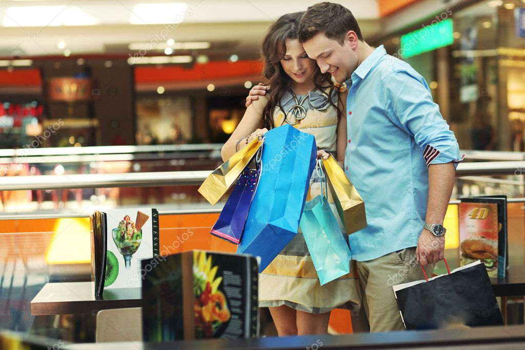 Young couple in shopping center — Stock Photo #5691102