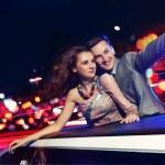 elegante par viajar una limusina en la noche — Foto de Stock
