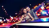 Elegant par reser en limousine på natten — Stockfoto