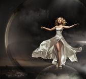 Fantastisk blond bär underbara klänning — Stockfoto