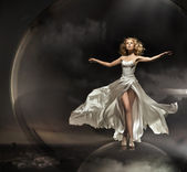 Ohromující blondýna na sobě nádherné šaty — Stock fotografie