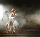 在漂亮的衣服一个性感的女人的艺术照片 — 图库照片