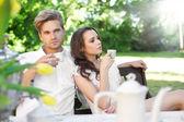 молодая пара, наслаждаясь обедом в саду — Стоковое фото