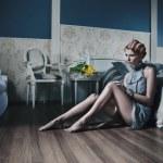 スタイリッシュな客室で赤い髪の女性 — ストック写真