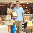 Smiling couple shopping — 图库照片