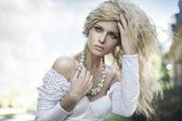 Dokonalé mladá blondýnka pózuje — Stock fotografie