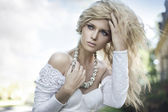 完璧な若い金髪のポーズ — ストック写真