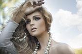 Porträtt av en ung blond skönhet — Stockfoto