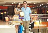 Smiling couple shopping — Stock Photo