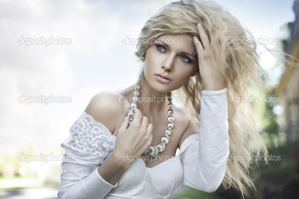Perfect young blonde posing — Stock Photo #6018869