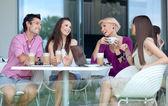 年轻的享受喝咖啡休息 — 图库照片