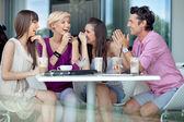 Glada grupp vänner — Stockfoto