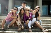 Grupp vänner på semester — Stockfoto