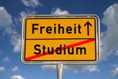 Německý silniční znamení studie a svoboda — Stock fotografie