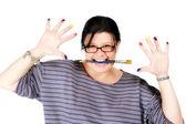 Wokalistka trzyma pędzel w usta — Zdjęcie stockowe